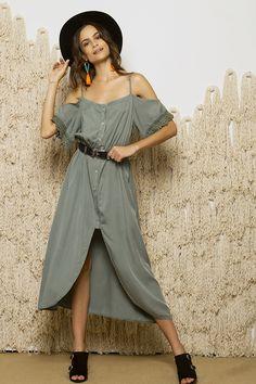 <ul>     <li>One size</li>     <li>Ασύμμετρο maxi φόρεμα</li>     <li>Ανοιχτοί ώμοι</li>     <li>Λεπτές τιράντες που αυξομειώνονται</li>     <li>Λάστιχο κάτω από το στήθος</li>     <li>Δαντέλα λεπτομέρεια</li>     <li>Κουμπάκια μπροστά</li>     <li>Πολύ απαλή υφή</li> </ul>