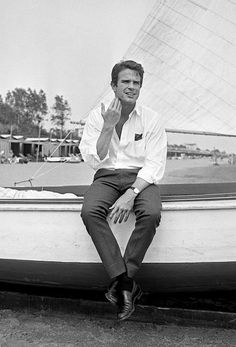 American actor Warren Beatty portrayed while sitting on a sail boat side on the Lido beach, in front of the Excelsior Hotel, Lido, Venice, Warren Beatty, Steve Mcqueen, Paul Newman, Clint Eastwood, Akira, Camera Photos, New Wave, Photo D Art, Sophia Loren
