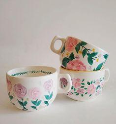 Painted Mugs, Hand Painted Ceramics, Ceramic Pots, Ceramic Pottery, Pottery Painting Designs, Paint Designs, Letter Mugs, Cup Art, Plate Art