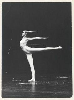 """Carolyn Carlson dans """"Les Fous d'or"""", 1975, photographie de Claude Lê-Anh. Exposition Carolyn Carlson à la BnF"""