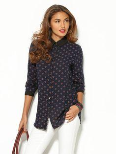 Camisa mujer manga larga azul estampada. Impecable camisa de manga larga estampada para lucir a tu gusto con tus prendas favoritas. Blusa de cuello camisero