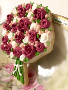 Side view of my Pearl & roses cookie.