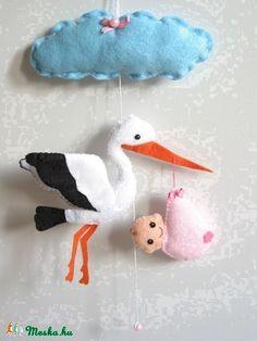 Felhő alatt gólya száll, hozza már a kisbabát!;)  A dísz hossza (akasztóval) kb. 45cm, a gólya tetszőlegesen föl-le huzigálható a zsinóron, így beállítható a megfelelő távolság és hossz!;) A gólya mérete: 20cm*20cm  Ha szeretnéd, egyedi ajándékká varázsolom, a felhőre ráhímezem a kisbaba nevét vagy bármilyen szöveget(100ft/betű)!;)