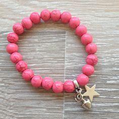 Armband van 8mm roze howliet met metalen ster en belletje. Van JuudsBoetiek, €5,00. Te bestellen op www.juudsboetiek.nl.