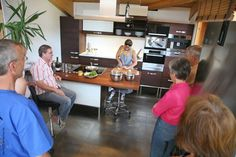 Zwiebelschneidkurs mit Diana Burkel vom Würzhaus Nürnberg in einer Massivholzküche aus Thermobuche