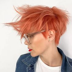Coral Messy Pixie A long pixie cut is the definition of versatility combined with style. There are options for all the face shapes and hair types. Long Pixie Hairstyles, Short Pixie Haircuts, Trending Hairstyles, Short Hairstyles For Women, Hairstyles Haircuts, Girl Haircuts, Bob Short, Long Pixie Cuts, Short Hair Cuts