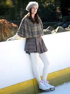 "Gossip Girl Season Episode ""Roman Holiday"" Blair Waldorf (Leighton Meester) went ice skating in a Zara Kids skirt and a capelet by H&M. Gossip Girls, Mode Gossip Girl, Estilo Gossip Girl, Gossip Girl Outfits, Gossip Girl Fashion, Blair Waldorf Outfits, Blair Waldorf Stil, Estilo Blair Waldorf, Vanessa Abrams"