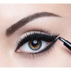 Have you always wanted to achieve that beautiful cat eye look with your eyeliner? If you're having a hard time, there are some easy cat eyes makeup tips you can try out. Eye Makeup Art, Eye Makeup Tips, Beauty Makeup, Hair Makeup, Covergirl, Winged Eyeliner, Gel Eyeliner, Eye Liner Tricks, Eyeliner Tutorial