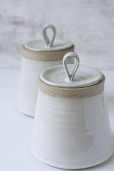 Hottest Photos pottery handmade simple Suggestions This beautiful hand thrown pottery white kitchen canister is made of a speckled clay. The body and Ceramic Pottery, Ceramic Art, Slab Pottery, Ceramic Bowls, Pottery Pots, Ceramic Teapots, Ceramic Decor, Keramik Design, Handmade Pottery