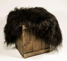 Ullkildens lammeskinn kommer fra Island. De er økologisk garvet og behandlet. Skinnene er av høy kvalitet, myke på lærsiden og naturlig farge i pelsen.