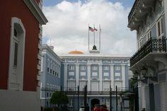 Fortaleza 9:58 a.m. domingo, 27 de octubre de 2013. Aquí se pueden ver izadas las banderas durante fin de semana, lo que indica que se está rompiendo con el código de banderas de Puerto Rico. Esto se debe a que el mismo especifica que no se deben izar las banderas en días no laborables. Por otra parte si cumple con el código de banderas el orden en el cual están colocadas. La tercera bandera colocada, blanca, solo esta izada cuando el Gobernador se encuentra en la isla.