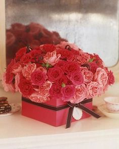 Beautiful Valentine Table Decoration Ideas: Pink Gift Box with Rose Flower for Valentine Day – Home Design Ideas Valentine Day Boxes, Valentines Flowers, Valentines Day Decorations, Happy Valentines Day, Flower Decorations, Valentine Flower Arrangements, Floral Arrangements, Pink Gift Box, Deco Floral
