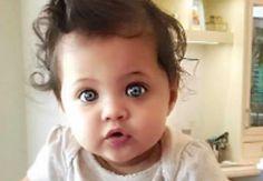 Occhi grandi e blu mare, una piccola meraviglia. È uguale al suo famoso papà. Ecco di chi è figlia - http://www.sostenitori.info/occhi-grandi-blu-mare-piccola-meraviglia-uguale-al-suo-famoso-papa-figlia/251565