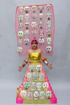 Astrid Hadad et l'un de ses délirants costumes, qu'elle conçoit elle-même et qui la transforment en oeuvre d'art.