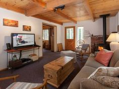 Iravani Dog Friendly Cabin Agate Bay (California) Located in Tahoe Marina Estates in the California Region, this detached holiday home is 40 km from Reno. Guests benefit from patio and an outdoor pool. Free WiFi is featured throughout the property.  There is a dining area and a kitchen.