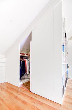 Armario vestidor en laca blanca fabricado a medida para aprovechar el espacio en la buhardilla