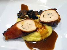 Plněné kuřecí prsíčko v parmské šunce s houbovým ragú, květákovým pyré a omáčkou demi glacce s červeným vínem