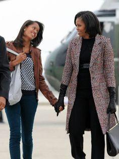 Malia Obama and Michelle Obama Michelle Obama Flotus, Michelle Obama Fashion, Barack And Michelle, Barack Obama Family, Malia Obama, Obamas Family, Obama Daughter, First Daughter, Afro