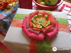 10 SIMPLE DIY HOLIDAY GIFT BOWS AND WRAPPING IDEAS