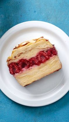 "Apple Raspberry ""cake"" with an eggy cinnamon batter: They call it ""invisible"" because it'll disappear pretty much as soon as you serve it. Apple Desserts, Apple Recipes, Easy Desserts, Sweet Recipes, Cake Recipes, Dessert Recipes, Italian Desserts, Raspberry Cake, Cake Ingredients"