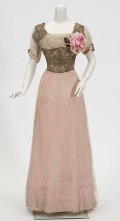 edwardian-time-machine:  Circa 1910 Debutante's floor-length...