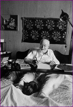 French painter and sculptor Henri Matisse photographed in 1950 working from his bed with a wonderful #Black #cat near him. © Henri Cartier-Bresson/Magnum Photos/Agentur Focus #blackcat