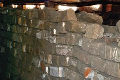 "Talatats, or bricks, from Akhenaten's structures. Dismantled after his reign and used as filler. Almacén de ""talatats"" procedentes de las construcciones desmanteladas de Amenhotep IV / Akhenaten."