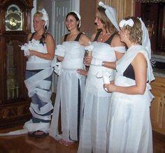 Juegos para despedidas de soltera: Hacer un vestido de novia con papel higiénico.