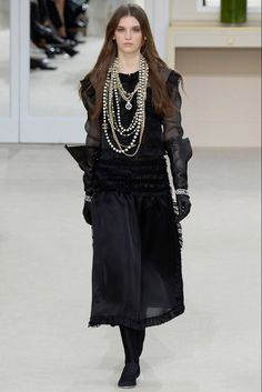 The complete Chanel Fall 2016 Ready-to-Wear fashion show now on Vogue Runway. Chanel Fashion, Couture Fashion, Runway Fashion, Only Fashion, World Of Fashion, Fashion Show, Fashion Week Paris, Vogue Paris, Women's Dresses