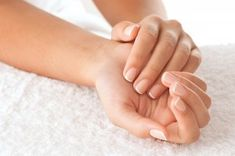 8 Manicure Tips For Younger-Looking Hands Don't let your hands give you away your age! Keep them guessing with this quick guide to the perfect at-home manicure. Manicure Tips, Manicure E Pedicure, Manicure At Home, Mani Pedi, Gel Manicures, Nail Spa, Beauty Hacks That Actually Work, Ongles Forts, Brittle Nails