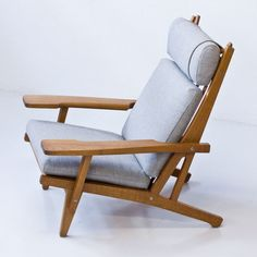 GE 375 lounge chair by Hans Wegner for Getama, Folding Lounge Chair, Lounge Chair Design, Balcony Table And Chairs, Fire Pit Table And Chairs, My Furniture, Furniture Design, Kitchen Chairs For Sale, Work Chair, Woodworking Furniture Plans