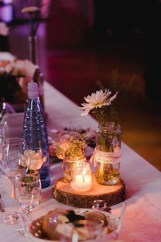 Tischdeko zur Hochzeit mit Baumscheiben und Einmachgläsern im Vintage-Look. Foto: Ben Kruse