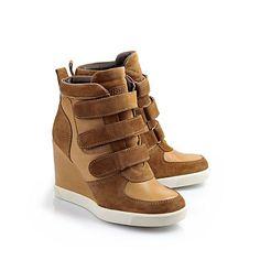 Knöchelhoher Sneaker aus cognac-farbenem Leder/Veloursleder mit integriertem, schlanken Keilabsatz, drei Klettverschlüssen, Buffalo-Logo und einer weißen, rutschfesten Sohle.
