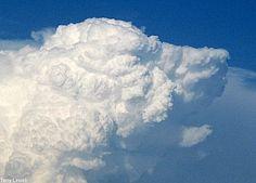 Liggend op de grond en elkaar vertellen wat voor figuur je in de wolken zag.