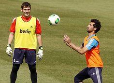 Hậu vệ Alvaro Arbeloa vừa lên tiếng xin lỗi Iker Casillas cũng như người hâm mộ vì 'gián tiếp' gọi thủ quân của Real Madrid là 'ung nhọt' của đội bóng.