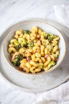Makaron z boczkiem i brokułami w sosie serowym - przepis Marty Cheddar, Pasta Salad, Food Inspiration, Dinner Recipes, Lunch, Meals, Ethnic Recipes, Diet, Recipes