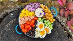 Apřitom taková blbost..., říkáte si, když si jdete potřetí přidat. Těstovinový salát je vděčný, když doma nemáte skoro nic, anebo naopak lednici plnou zdánlivě neupotřebitelných zbytků. Skvělý je stuňákem, vajíčky azeleninou, ale poradíme vám ispoustu dalších možností, zčeho ho připravit. Hummus, Acai Bowl, Sushi, Breakfast, Food, Noodle Salads, Acai Berry Bowl, Morning Coffee, Essen