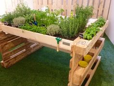 66 New Ideas for garden planters ideas recycling Small Vegetable Gardens, Small Space Gardening, Garden Table, Garden Planters, Potager Palettes, Wooden Pallet Projects, Pallet Ideas, Diy Projects, Diy Pallet