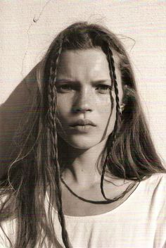 Heroin chic was a popular aesthetic from the images of Kate Moss and Jaime King looking thin and emaciated was defined the culturally frustrated grunge era. Mario Sorrenti, Kate Moss Joven, Fashion Guys, High Fashion, Trendy Fashion, Fashion Shoes, Simply Fashion, Timeless Fashion, Moss Fashion