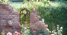 Die Ruinen halten wieder Einzug in die Gärten. Zwischen Blütenstauden und Sträuchern erheben sich Mauern mit bröckelndem Putz oder verwitterten Steinen und Holztüren. Die kleinen Bauwerke sind nicht nur dekorativ, sie bieten am Sitzplatz zugleich Sichtschutz und Windschutz.