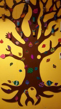 Vores træ pyntet med ugle (lavet af toiletrør) og blade( tegnet med tusser og lamineret)