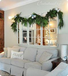 O espelho que decora a sala tambem recebe decoração de Natal