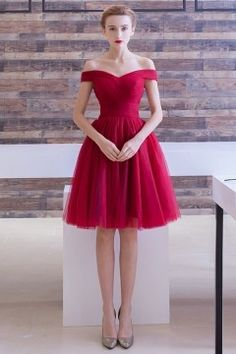 Robe rouge courte pour cocktail de mariage avec épaule dégagée