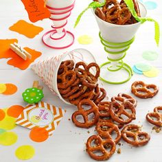 Dilly Pretzels ~ Ingredients 1 package to 16 ounces) miniature pretzels cup vegetable oil 1 envelope ounces) ranch salad dressing mix teaspoon dill weed teaspoon lemon-pepper seasoning teaspoon garlic powder (pretzel treats snack mixes) Finger Food Appetizers, Appetizers For Party, Appetizer Recipes, Snack Recipes, Finger Foods, Easy Recipes, Ranch Pretzels, Seasoned Pretzels, Pretzel Snacks