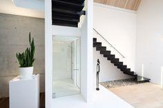 Glazen deur op maat van Anyway Doors in het moderne interieur van een nieuwbouw woning van architect Walter Wuyts. Geen vloerverankering! Perfecte afsluiting naar tocht en akoestiek! Naar wens 90° of 180° openend