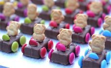 Tiny Teddies Cars - fun size Milky Way, Teddy Grahams, and M & m's Cute Food, Good Food, Kreative Snacks, Yummy Treats, Sweet Treats, Teddy Grahams, Tiny Teddies, Partys, Food Crafts