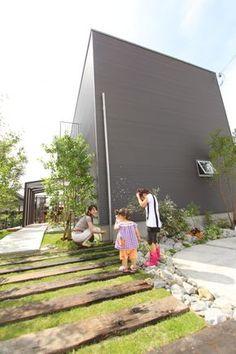 この度は大変お世話になりました。私達がマイホームを計画してから約二年半経ち、やっと「夢のマイホーム」を手に入れる事ができました。上の娘の小学校入学までに建てよう!と目標をたてたものの、何から手をつければいいかわからず、まず相談にお伺いしたの Brick Paving, Stone Walkway, Asian Landscape, Landscape Design, Garden Paths, Garden Landscaping, Plant Design, Garden Design, Outdoor Seating