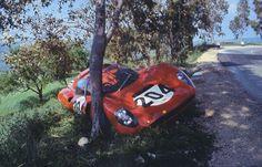 TARGA FLORIO, SICILIA, 1966 - El triste aspecto del Dino con motor de inyección de Parkes/Scarfiotti. En los entrenos Parkes perdió el control y golpeó dos grandes mojones de piedra de señalización y partió un árbol por la mitad. Parkes resultó ileso y el auto fue milagrosamente reparado a tiempo para la carrera. Al Dino le cambiaron por completo los sistemas de suspensión, dirección y frenos. (© Goddard Picture Library / Ten Days in Sicily).