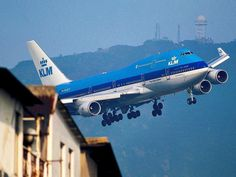 KLM Royal Dutch Airlines (KLM), Boeing 747 pictured in dramatic flight near housing A few variued photos that I like Boeing 747 400, Boeing Aircraft, Passenger Aircraft, Jets, Airport Architecture, Kai Tak Airport, Helicopter Cockpit, Royal Dutch, Airplane Flying