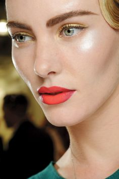 Two-toned lips and dewy skin. MAC-pasarela-2013